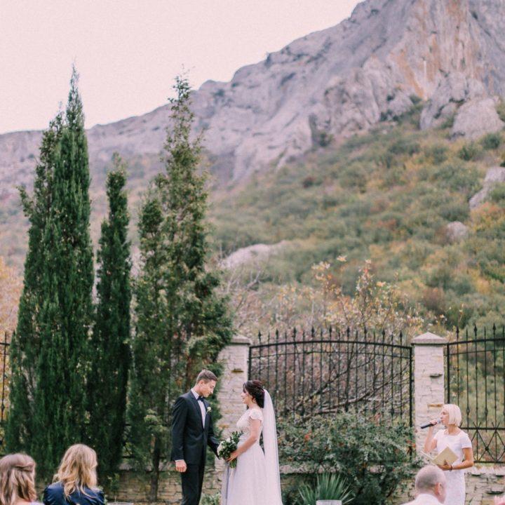 Юля и Дима. Камерная свадьба в Крыму в Судаке. Церемония с видом на горы. Свадебный фотограф в Крыму