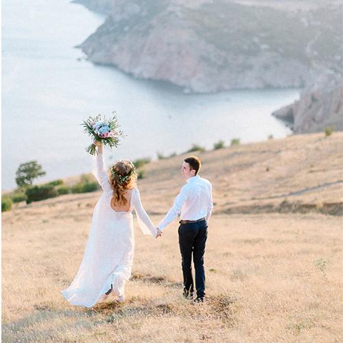 Церемония для двоих на скалах у моря