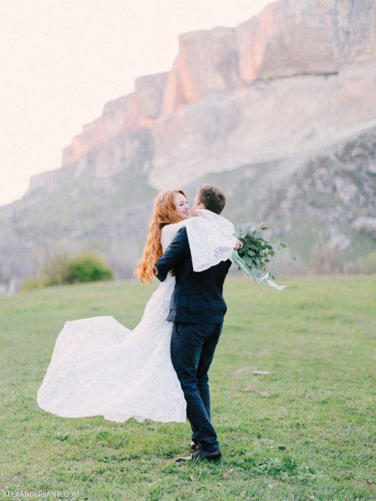 Весенняя свадьба. Выездная церемония в Крыму с видом на горы.